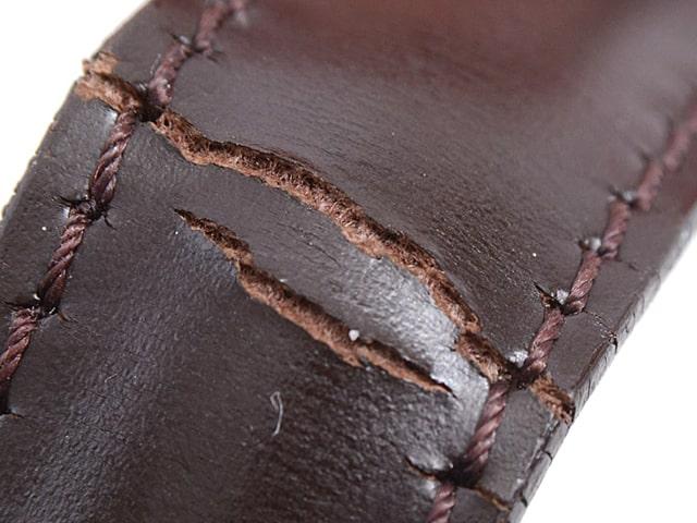 大きな傷、素材の破れなど使用感が目立つ